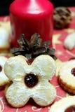 圣诞节曲奇饼在与一个蜡烛的背景中 图库摄影