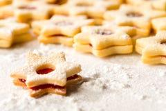 圣诞节曲奇饼担任主角新鲜的被烘烤的姜饼 免版税库存照片