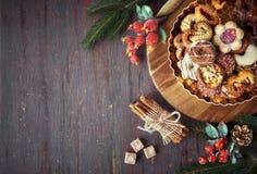 圣诞节曲奇饼板材在一个木板有装饰的, s的 库存图片