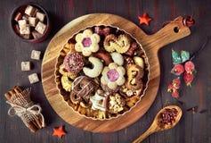 圣诞节曲奇饼板材在一个木板的在黑暗的土气后面 免版税库存图片