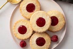 圣诞节曲奇饼查找图象查找更多我的投资组合同样系列 Linzer曲奇饼用在白色桌背景的山莓果酱 被填装的传统奥地利饼干 免版税图库摄影