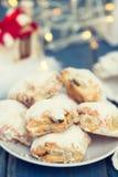 圣诞节曲奇饼用在板材的干果子 库存照片