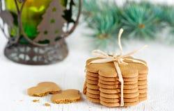 圣诞节曲奇饼,与冷杉分行的灯笼 库存照片