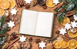 圣诞节曲奇饼,香料食谱书 背景许多饺子的食物非常肉 免版税图库摄影