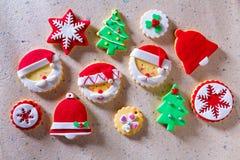 圣诞节曲奇饼Xmas树在被回收的纸的圣诞老人雪花 图库摄影