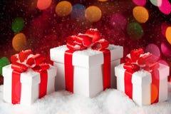 圣诞节有一把大红色弓的礼物盒 免版税图库摄影