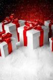圣诞节有一把大红色弓的礼物盒 库存照片