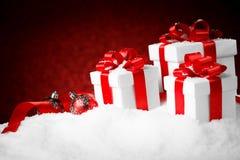 圣诞节有一把大红色弓的礼物盒 库存图片