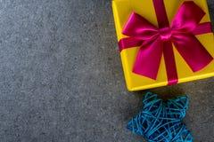 圣诞节有三玩具的-蓝色藤星礼物盒 新年假日贺卡 图库摄影