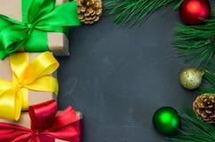 圣诞节有丝带弓和分支圣诞树的礼物盒 免版税库存照片