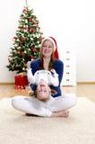 圣诞节有乐趣的女孩她的小妈妈 免版税库存照片