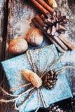 圣诞节有亚麻制绳子和自然礼物的假日箱子 葡萄酒 库存照片