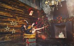 圣诞节有圣诞节礼物的冬天妇女 神仙的美丽的圣诞节和圣诞树欢乐构成 女孩投掷一个美国兵 库存图片