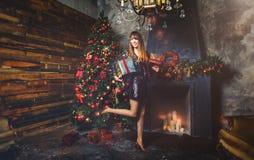 圣诞节有圣诞节礼物的冬天妇女 神仙的美丽的圣诞节和圣诞树欢乐构成 时装模特儿女孩w 库存照片