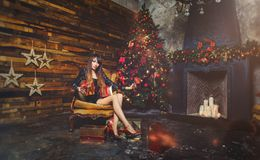 圣诞节有圣诞节礼物的冬天妇女 神仙的美丽的圣诞节和圣诞树欢乐构成 时装模特儿女孩w 免版税库存照片