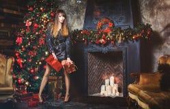 圣诞节有圣诞节礼物的冬天妇女 神仙的美丽的圣诞节和圣诞树欢乐构成 有礼物盒的女孩 库存照片