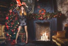 圣诞节有圣诞节礼物的冬天妇女 神仙的美丽的圣诞节和圣诞树欢乐构成 有礼物盒的女孩 图库摄影