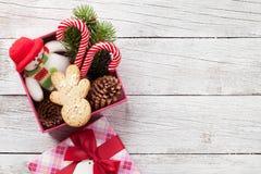 圣诞节有姜饼人的,棒棒糖礼物盒 免版税库存图片
