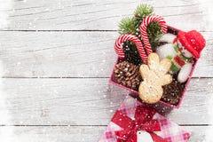 圣诞节有姜饼人的,棒棒糖礼物盒 库存照片