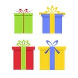 圣诞节有弓的礼物盒在平的样式 库存照片