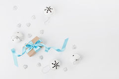 圣诞节有最高荣誉和门铃的礼物盒在白色背景从上面 3d美国看板卡上色展开标志问候节假日信函国民形状范围 大模型 平的位置 图库摄影
