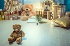 圣诞节有玩具熊和光的装饰室 免版税图库摄影