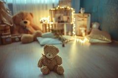 圣诞节有玩具熊的装饰室 库存图片