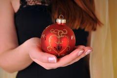 圣诞节有球的妇女手 免版税库存照片