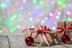 圣诞节有球的礼物盒反对bokeh背景 3d美国看板卡上色展开标志问候节假日信函国民形状范围 免版税库存图片