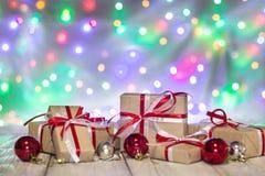 圣诞节有球的礼物盒反对bokeh背景 3d美国看板卡上色展开标志问候节假日信函国民形状范围 免版税库存照片