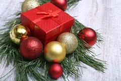 圣诞节有红色和金球的礼物盒 免版税库存照片