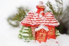 圣诞节有装饰的房子玩具在雪冬日 关闭 免版税库存图片