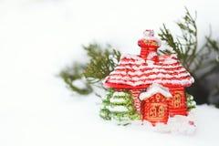 圣诞节有装饰的房子玩具在雪冬日 关闭 库存图片