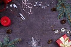 圣诞节服务桌-板材,玻璃,灯,蜡烛,杉木锥体,礼物盒 免版税库存照片