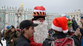 圣诞节服装的骑自行车者 免版税库存图片
