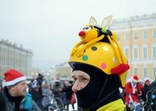 圣诞节服装的骑自行车者 库存图片