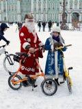圣诞节服装的骑自行车者 图库摄影