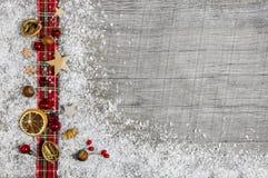 圣诞节木背景、广告委员会或者框架与r 免版税库存照片