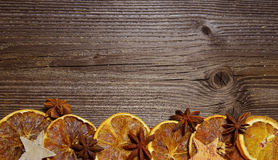 圣诞节木背景桔子切片 免版税库存照片