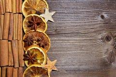 圣诞节木背景桔子切片 库存图片