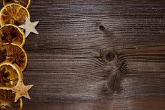 圣诞节木背景桔子切片 图库摄影