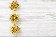 圣诞节木背景,鞠躬金黄星装饰 免版税库存照片