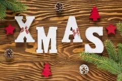 圣诞节木装饰在布朗和与Xmas树的红颜色, 免版税库存图片