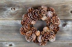 圣诞节杉木在土气木头的锥体花圈 免版税图库摄影