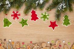 圣诞节杉树、曲奇饼和装饰 免版税库存照片