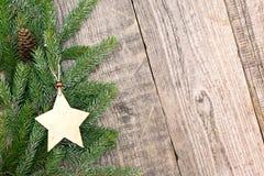 圣诞节杉树分支与在自然木backgrou的星 库存图片