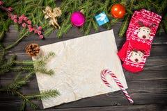 圣诞节杉树分支,圣诞节球,装饰,天使,棒棒糖,锥体,并且圣诞节袜子构筑一张老纸,复制sp 免版税库存图片