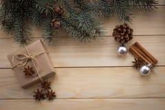 圣诞节杉树和礼物在木背景 库存图片