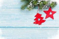 圣诞节杉树和装饰在蓝色木头 库存图片
