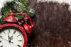 圣诞节杉树和闹钟 免版税库存图片